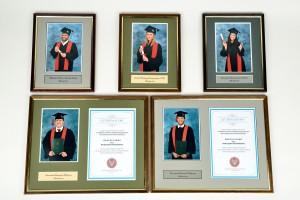 Proponujemy wykonanie prestiżowych ramek z fotografią portretową osadzoną w trójwymiarowym passepartout, tabliczką z nazwą uczelni i listem gratulacyjnym.